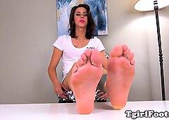 Piedi massaging travone allunga i suoi piedi