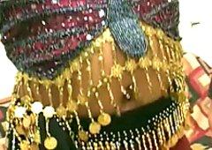 La porca indiana succhia la rigida verga e mostra i capezzoli neri