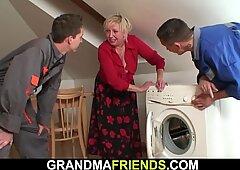 Grandi mammelle bionda nonna cavalca e succhia allo stesso tempo