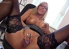 Ibu seksi dengan pinggul yang menakjubkan dan pussy lapar