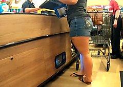 Wanita putih pinggul besar dengan paha tebal