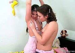 多毛女孩在彼此之间很开心和撒尿