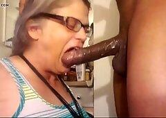奶奶想要黑色黑色大屌在她的嘴里。老年性感女性bbc
