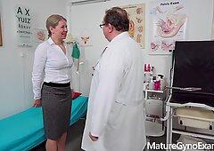 Mama horny diperiksa dan dibuat ke pancutan oleh doktor yang aneh