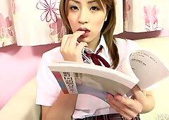 Giapponese inesperto Girlie Yuu Mahiru ottiene una lezione a succhiare un cazzo