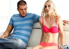 Perfect nubiles son alegres para demostrar excelentes habilidades sexuales