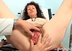Karla melawat Gyno Klinik dengan pussy yang sangat berambut