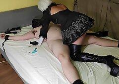 Stuzzicando, bordando, seduta sulla faccia & sborrata di 2b in maschera goddess in thigh high pelle stivali