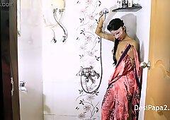 孟买年轻学院未成年在浴室戏弄脱衣舞玩她的天然多汁奶