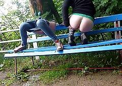 女孩撒尿在公园