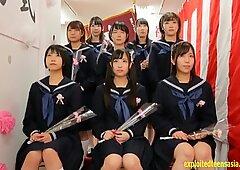 日本人女学生在一起,在学校有一个♥。