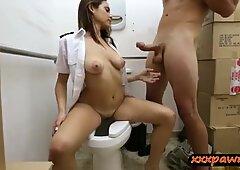 热拉丁空姐在厕所的典当人围栏