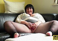 一轮英国人熟女在渔网里捞起她的兔子